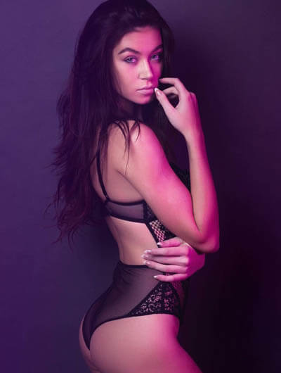 Incall escort Ankara Pauline is in the pink light of some nightclub